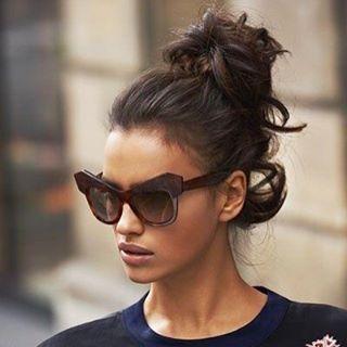 Coque bagunçado e óculos Cavalli
