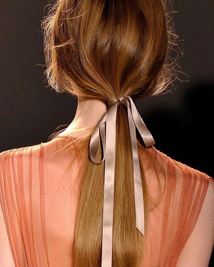 Detalhe mega charmoso e totalmente fácil de copiar: amarre o rabo de cavalo com uma fita de cetim