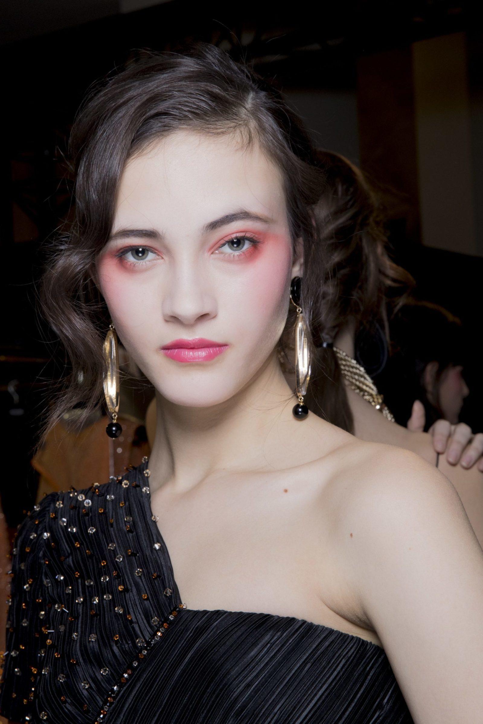 Armani Privé e o blush vermelho 80's que continua dando as caras