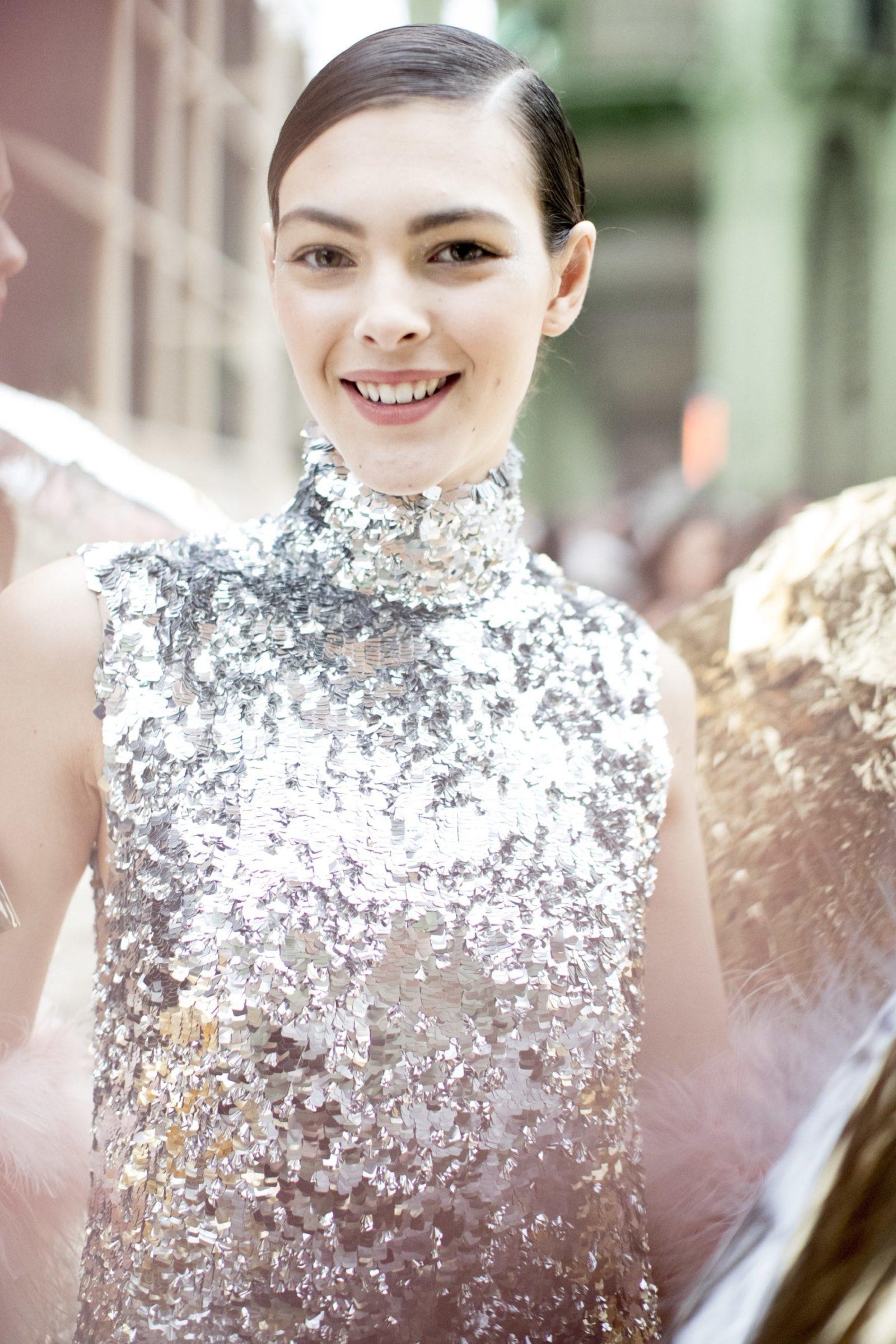 Glitter também no canto interno & cabelo coladinho com gel na Chanel