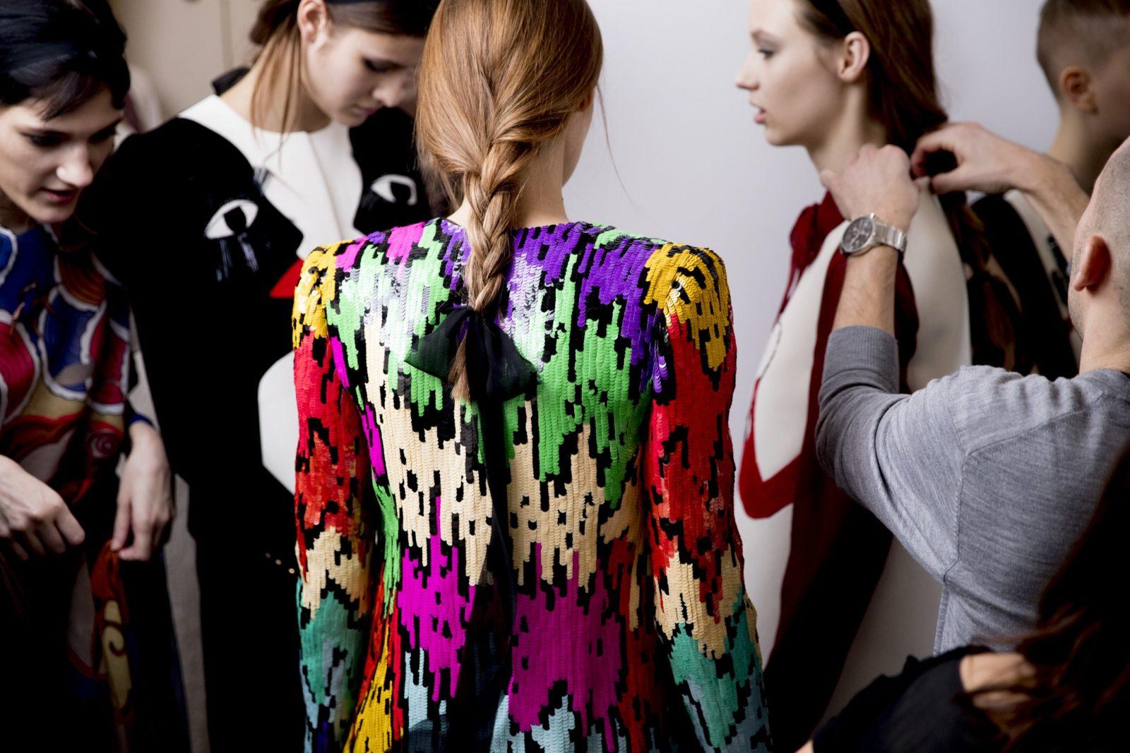Trança + faixa de tecido que termina em laço, penteado simples e charmoso na Schiaparelli