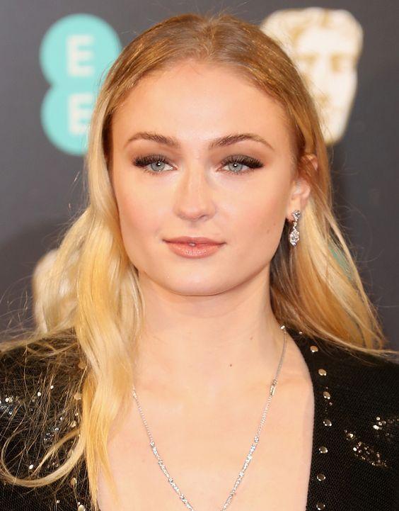 Sophia Turner aka Sansa Stark também apostou num olho mais definido, mais só na parte de cima, e cabelo solto com ondas suaves