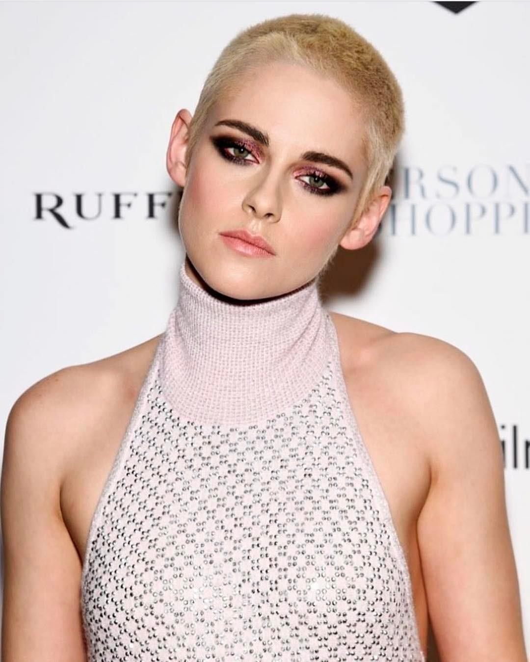 Amando Kristen Stewart com esse cabelo raspado e platinado (+ make bafo esfumado gatão com sombra vinho)