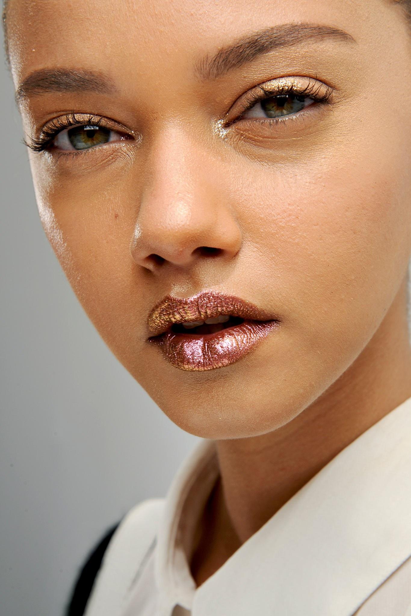 Batom metálico tendência + glitter discreto no canto interno dos olhos