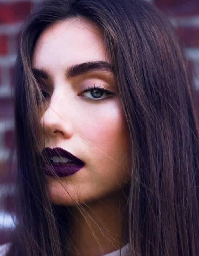 Batom roxo bem escuro + sobrancelhas cheias e poderosas - não precisa de mais nada!