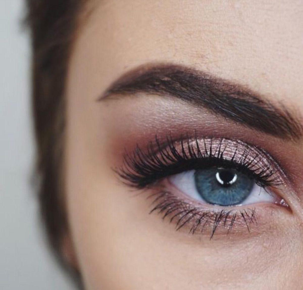 Sombra rosé + cílios definidos e sobrancelha power