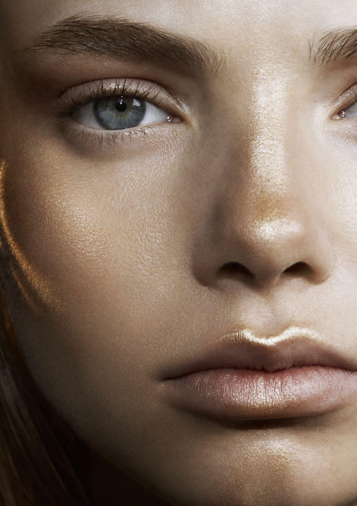 Que tal iluminar pontos estratégicos do rosto com dourado? Com foco no v dos lábios