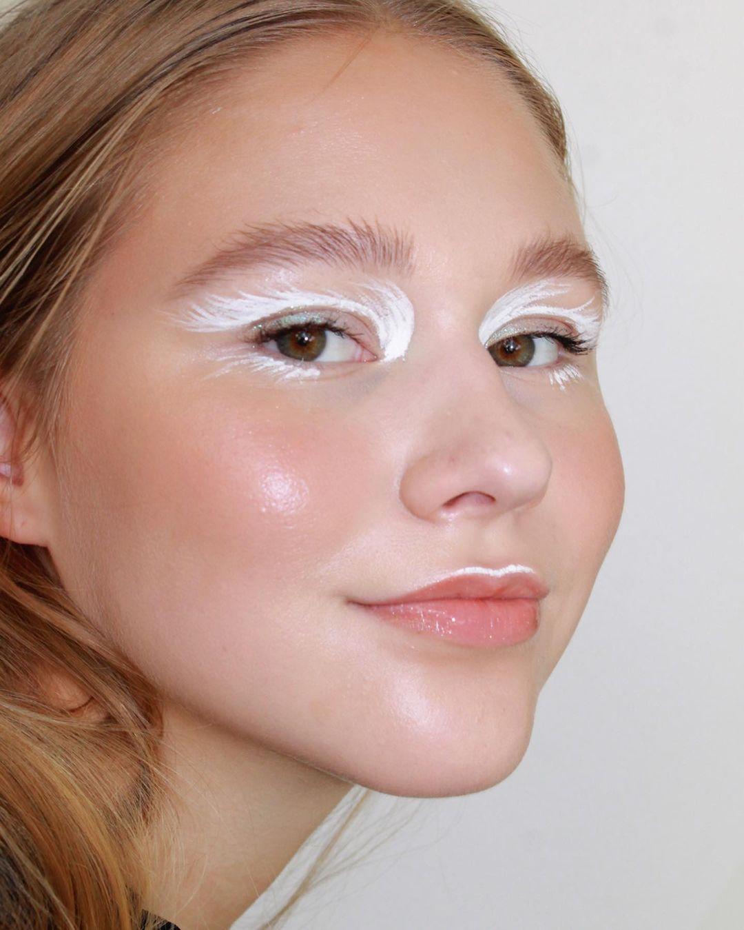 tendencia angel core aesthetic delineado formato asas brancas nos olhos
