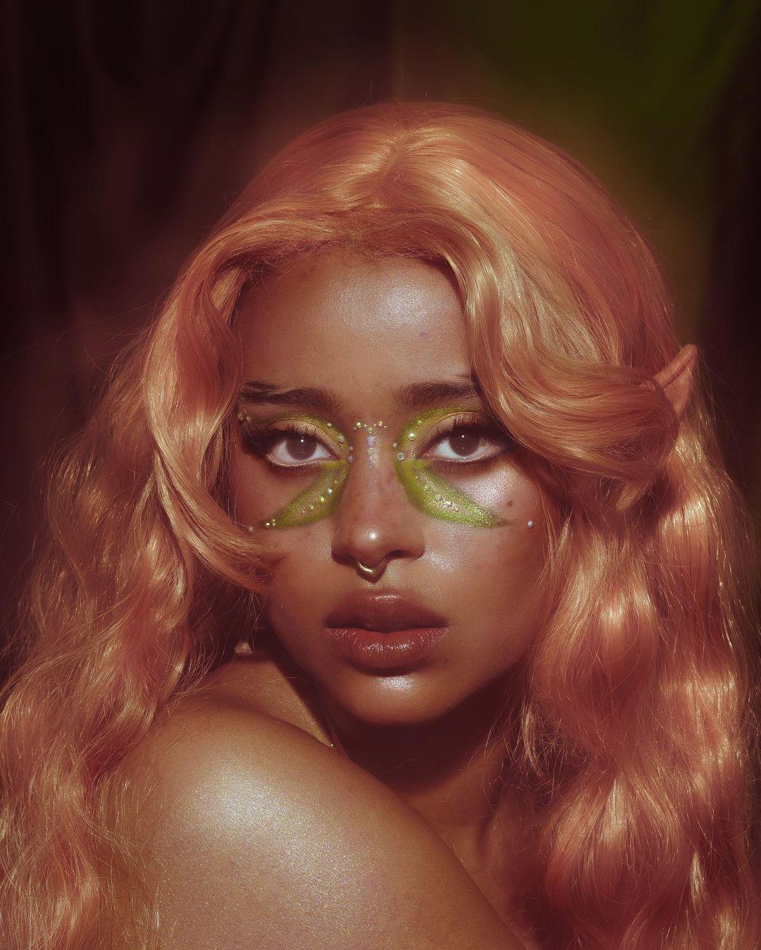 tendencia fairycore aesthetic maquiagem verde com strass