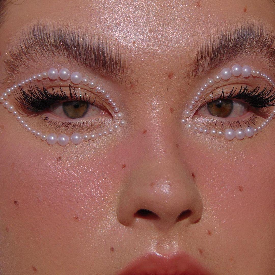tendencia princess core aesthetic maquiagem com strass nos olhos