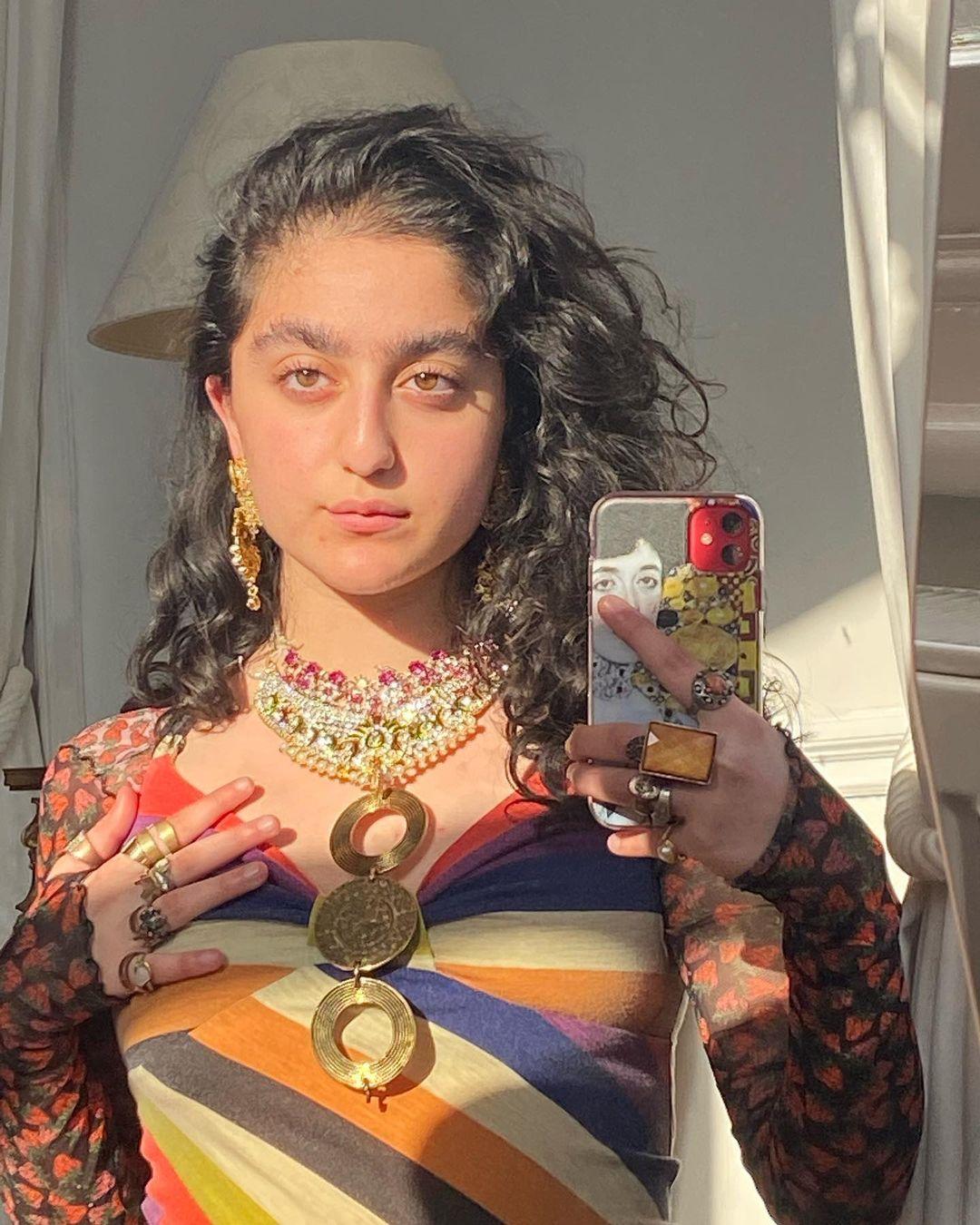 Selfie de cabelo cacheado e luz solar