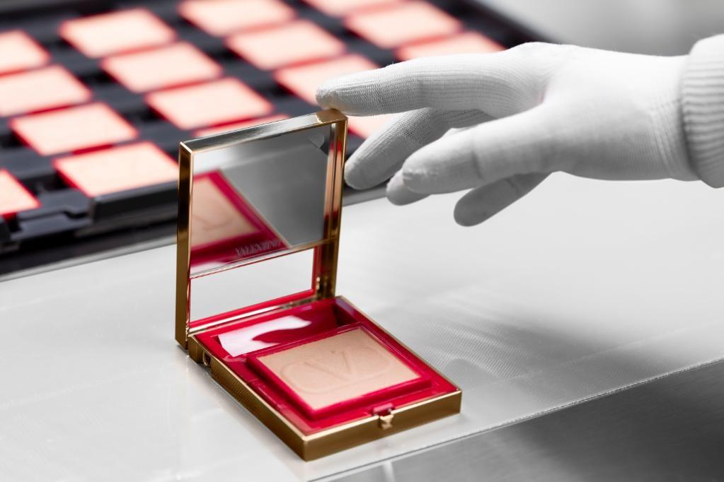 L'Oréal divulga fotos da linha de maquiagem de luxo desenvolvida com a Maison Valentino